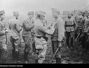 Dekoracja odznaczeniami żołnierzy, którzy brali udział w szarży pod Rokitną